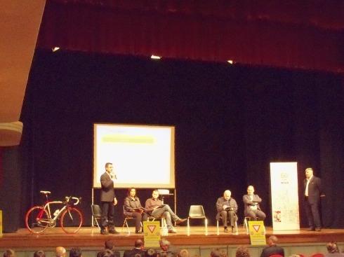 Fabio Tondelli del comitato promotore di Zona Nicolò spiega l'iniziativa alla platea.